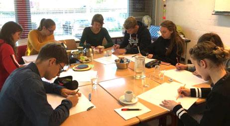 Docenten en leerlingen werken aan nieuwe school in de Groote Wielen